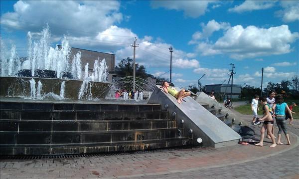 噴水で遊ぶ子供たち
